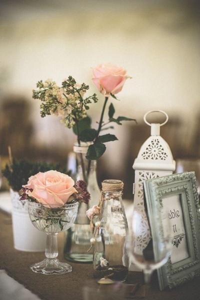 Botol kaca jadi vas bunga penghias meja pesta