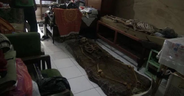 nenek di cimahi simpan mayat suami dan anaknya selama setahun