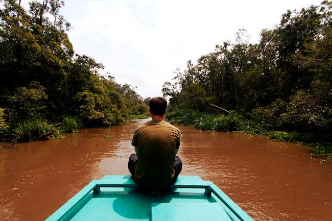 En un klotok en la selva de Borneo