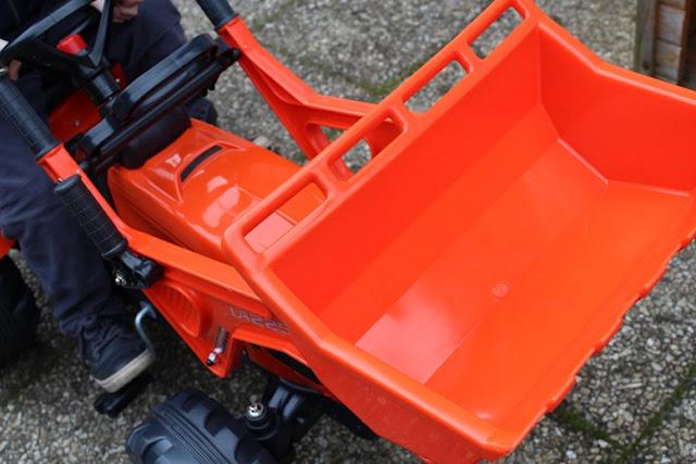 jouer dans le jardin avec un tracteur à godet