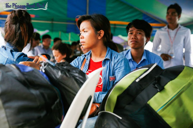 Migrant workers wait to cross into Thailand at the Poipet border checkpoint in 2014. Hong Menea