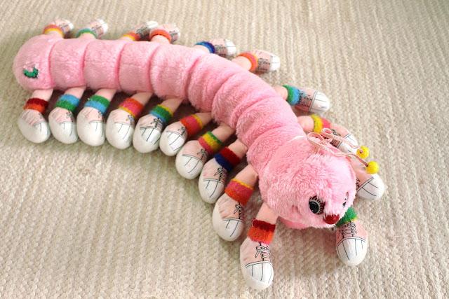 tuhatjalkainen pehmolelu toukka