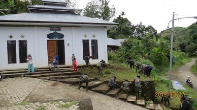 Satgas TMMD ke 104, Bersama Masyarakat Desa Sungai Ning Bersihkan Masjid