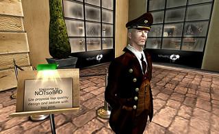 Maniquí de bienvenida, con uniforme granate de portero