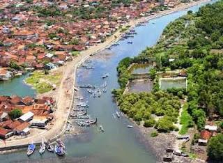 Satu destinasi wisata yang cukup digemari oleh warga kota Banyuwangi yakni tidak lain dan Pantai Boom Banyuwangi Jawa Timur, Pantai Di Tengah Kota
