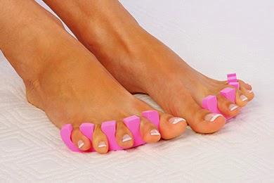 Dos pies con la pedicura shellac y esmalte francesa