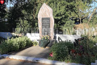 Монумент погибшим в Великую отечественную войну. Венки с георгиевскими лентами