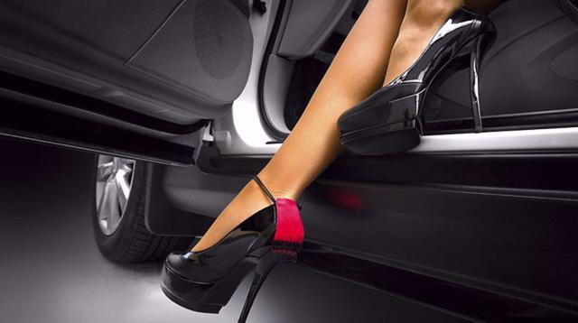 Nói không với giày gót nhọn khi lái xe ô tô