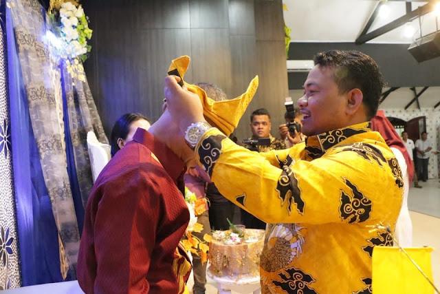 Walikota Tanjungbalai H M Syahrial saat mengenakan pakaian adat Melayu kepada Danlanal TBA yang baru,  Jumat (10/8).