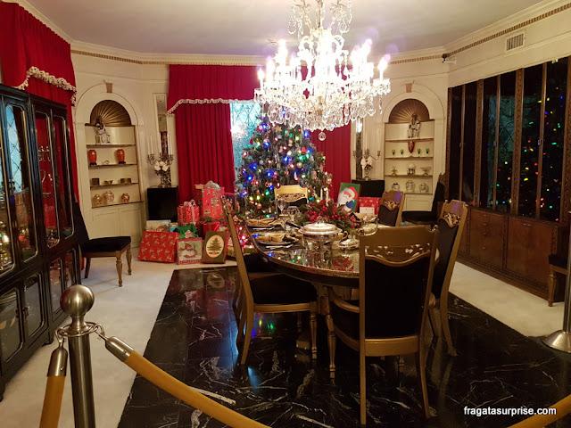 Sala de jantar da mansão de Graceland decorada para o Natal