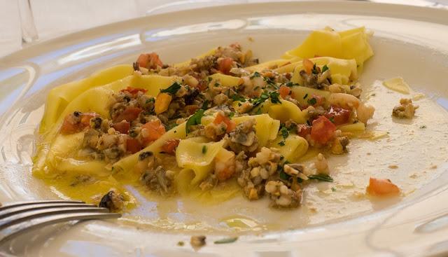 Sfoglia di pasta fresca con battuto di frutti di mare