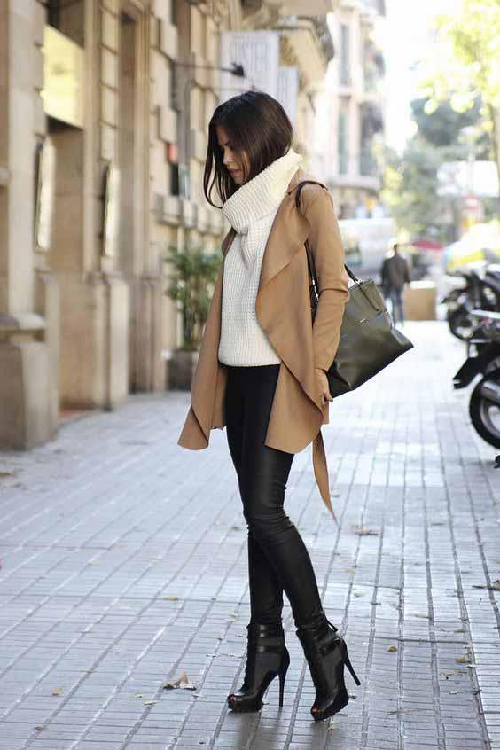 blusa de tricô gola alta com trench coat bege e calça de couro