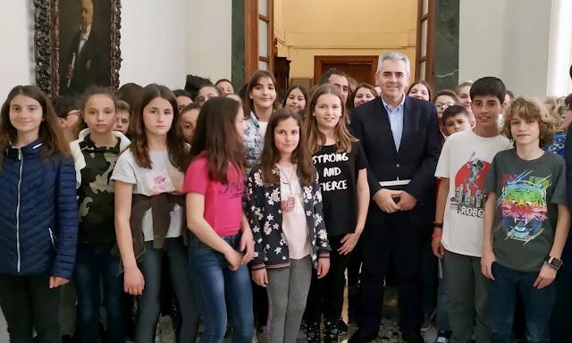 """Μ. Χαρακόπουλος σε μαθητές από τον Τύρναβο: """"Δεν έχουμε την πολυτέλεια να είμαστε διχασμένοι!"""""""
