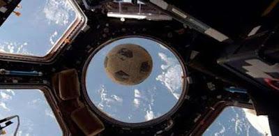 ناسا تنشر صورة لكرة قدم ارتطمت بزجاج المحطة الفضائية الدولية