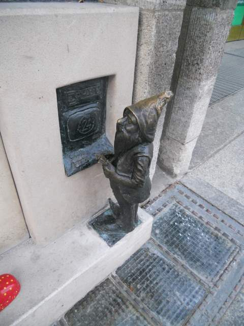 Gnome Hunting in Wroclaw: A dwarf at the cash point