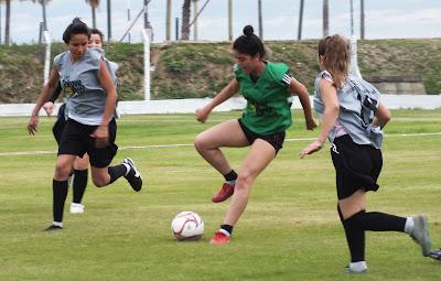 Imagenes De Chicas Jugando Al Futbol