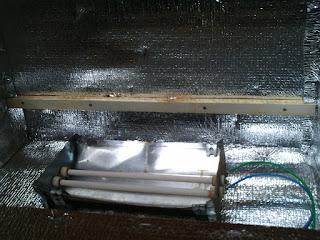 resistência numa caixa metálica instalada na estufa de madeira