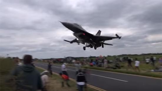 Avião caça rasante público 2