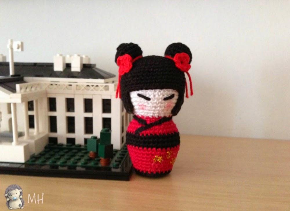 Kokeshi roja y negra a crochet