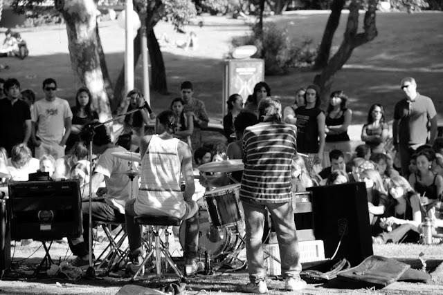 Blanco y Negro.Grupo de personas reunidas al aire libre