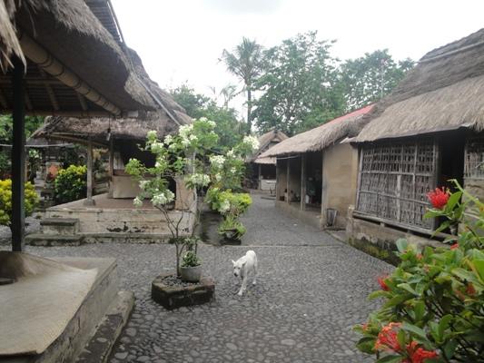 Mengunjungi Rumah Tradisional Bali - Batuan, Rumah Tradisional, Gianyar, Bali, Liburan, Perjalanan, Wisata, Tour, Rekreasi, Darmawisata, Tamasya, Objek wisata, Tujuan wisata, Destinasi wisata, Kawasan wisata