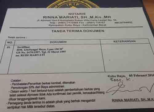 TANDA TERIMA : Begiti berkas sertifikat aseli diserahkan kepada Notaris, maka Penjual akan diberikan surat keterangan Tanda Terima Dokumen.  Foto Asep Haryono