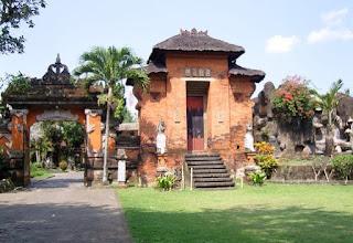 http://www.teluklove.com/2017/01/pesona-keindahan-wisata-puri-anyar.html