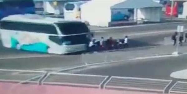 Παραλίγο τραγωδία στην Θεσσαλονίκη: Οπαδός προσπάθησε να ρίξει λεωφορείο με επιβάτες πάνω σε αστυνομικούς!