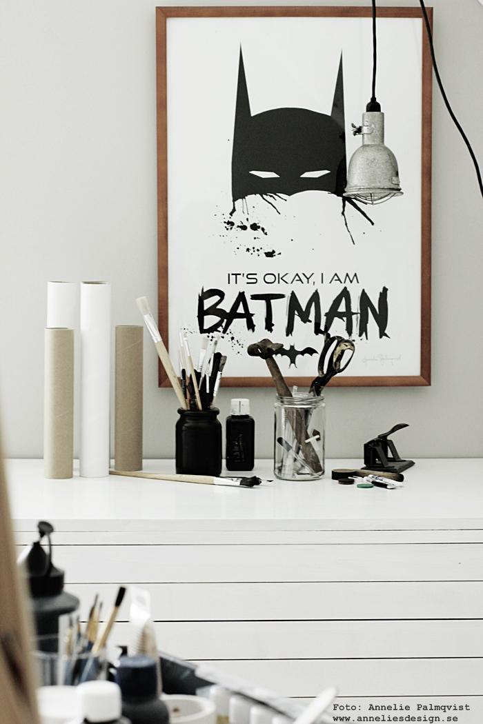 tavla, svartvita posters, poster, tavlor, konsttryck, annelies design, anneliesdesign, webbutik, webbutiker, webshop, inredning, batman, batmantavla, batmantavlor, batmanposter, batmanposters, batmanprint, batmanprints, barntavla, barntavlor, presenttips, svartvitt, svart och vitt, plakat, plakater, nettbutikk, nettbutikker, penslar, färg, färger, inredningsblogg, blogg, bloggar, grått och vitt, ateljé, studio, arbetsrum, arbetsrummet,