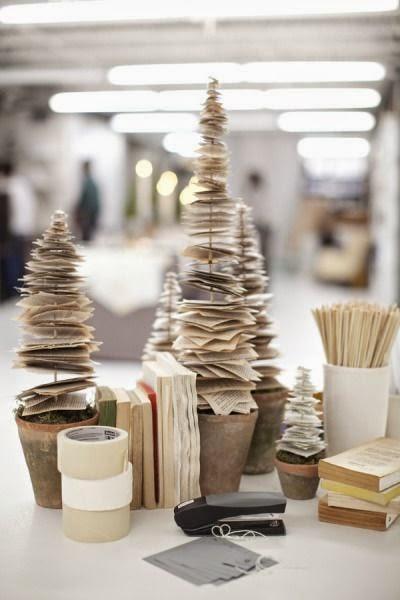 Crear un árbol de Navidad con hojas de libros desechados