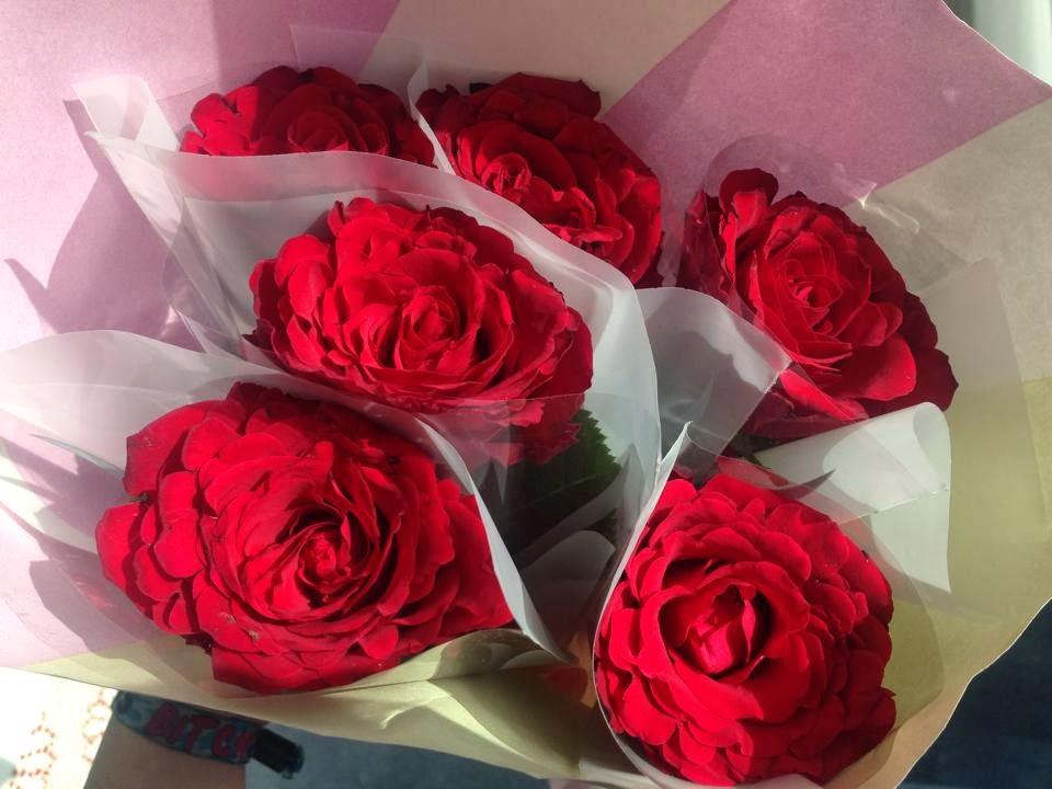 a bouquet of 6 red roses