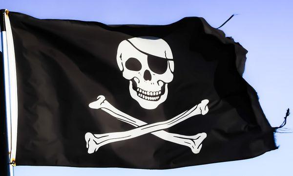 Flaga piratów na wietrze.