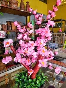 Pohon sakura mini dari plastik banyak dijual menjelang Tahun Baru Imlek dan  dipakai sebagai hiasan yang diletakkan diatas meja. d399066b62