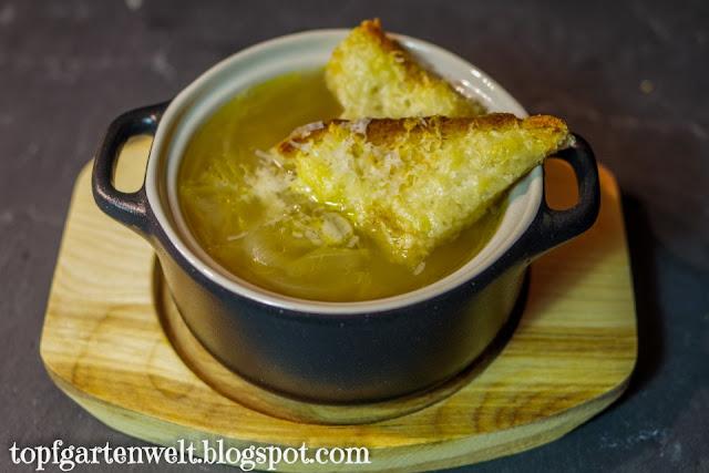 Zwiebelsuppe Rezept | mit Käse überbacken | Zwiebeln - Foodblog Topfgartenwelt