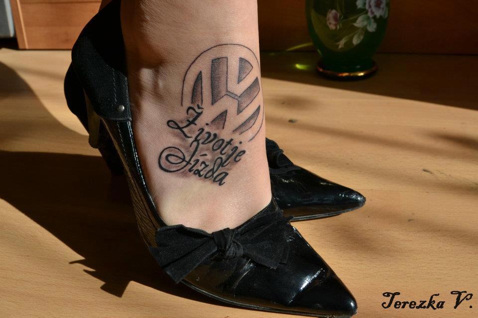Immagini di tatuaggi sulla caviglia for Tatuaggi fiori sul piede