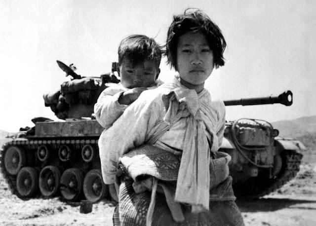 Una chica escapando del conflicto con su hermano a la espalda y un tanque norcoreano detrás