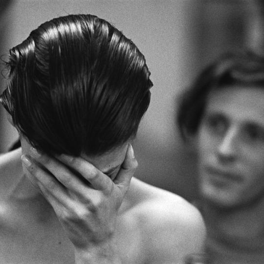 Julien Dys cuts Linda Evangelista's hair, photographed by Peter Lindbergh, 1989. behind-the-scenes