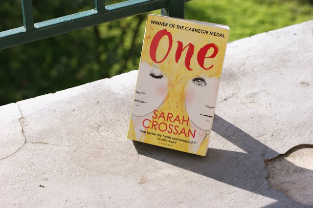 One by Sarah Crossan Review www.nanawhatelse.at