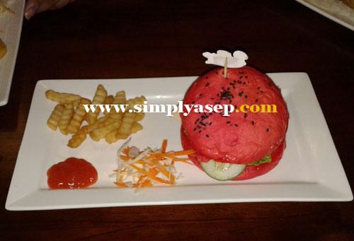 RED BURGER : Namanya Red Burger ala RedZone Cafe yang unik dengan cita rasa yang menggoda selera.  Foto Asep Haryono