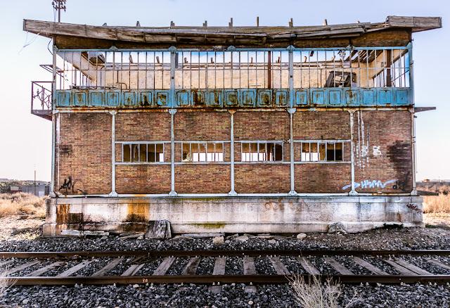Edificio en ruinas, estación de trenes abandonada, cristales rotos, vías de tren, pintadas, grafitis, decadencia, vandalismo