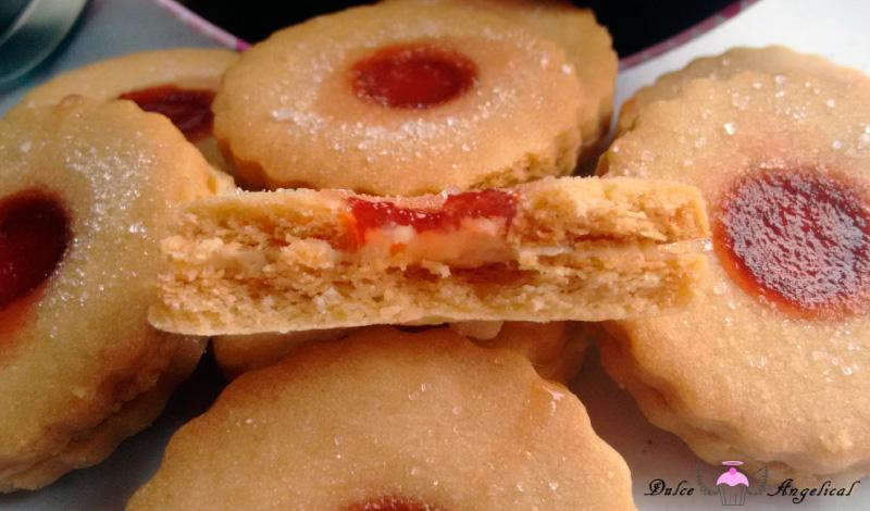 Deliciosas galletas Jammie dodgers rellenas de vainilla