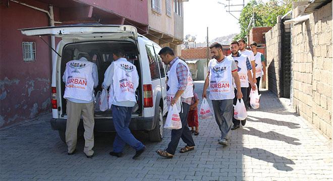 Umut Kervanı Vakfı, Ergani'de 150 aileye kurban eti ulaştırdı