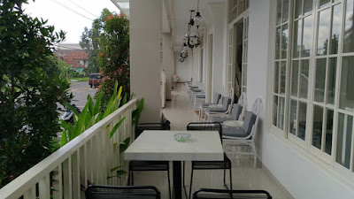 Di teras Villa Victoria Boutique berjajar banyak meja dan kursi yang cocok untuk bersantai