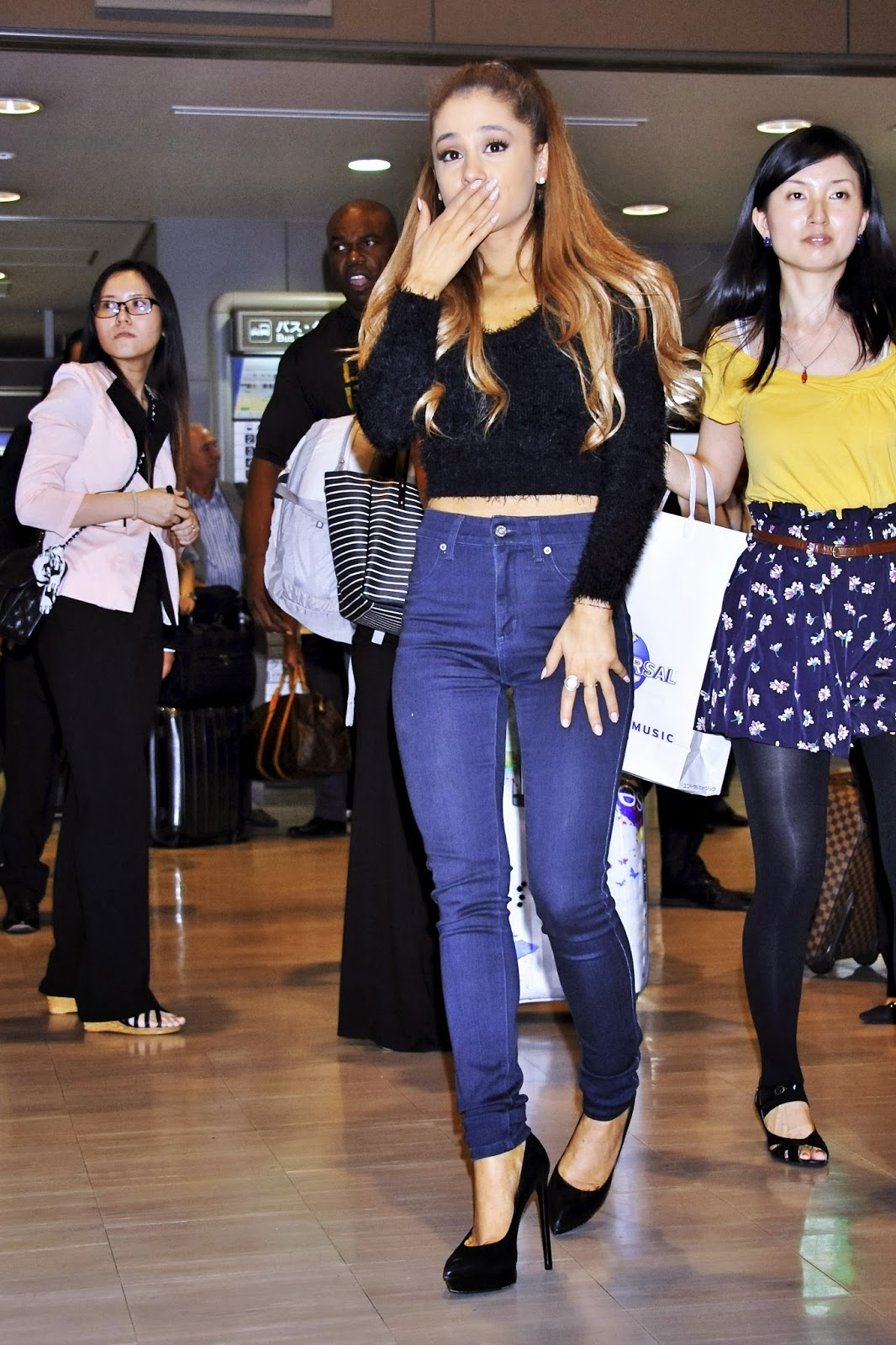 Ariana Grande - airport arrival candids in Tokyo photo 1