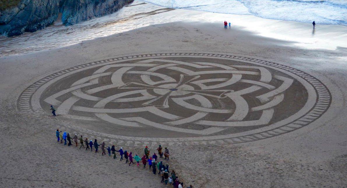 Marc Treanor e l'arte sulla spiaggia che sparisce con l'acqua del mare