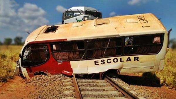onibus escolar atingido por trem
