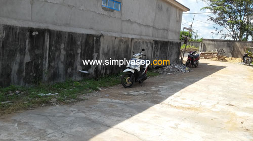 DIJAUHKAN : Motor tidak dikenal ini kemudian dipindahkan agak jauh oleh Pak Muhyar, penanggung jawab keamanan Blok C Komplek Duta Bandara. Foto Asep Haryono