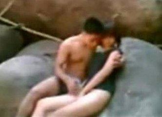 คลิปหลุดวัยรุ่นไทยแอบเย็ดกันที่น้ำตก หัวนมเพิ่งขึ้นก็เอากันแล้วแก่แดดจริงๆ