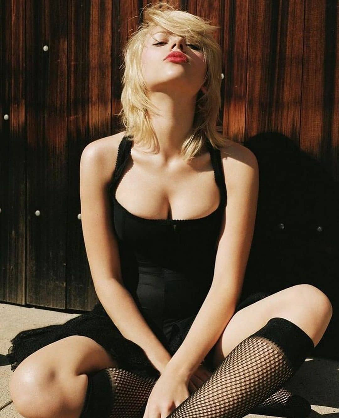 Black Widow Scarlett Johansson Sexy Cleavage show