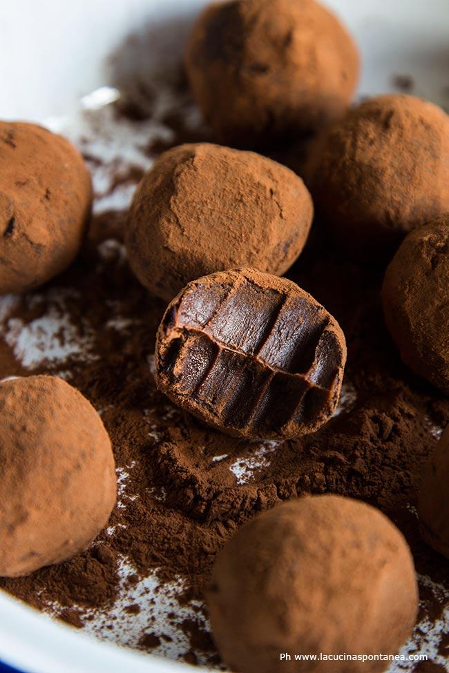 Foto con in primo piano i tartufi al cioccolato e caramello salato